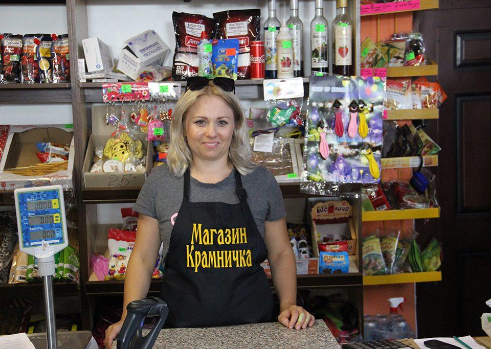 Підприємці, власники магазину й кафе у Ніжиловичах розповіли про свій бізнес